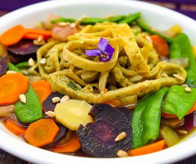 Suppenteller mit Gemüse und Flädle Flädlesuppe