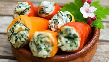 Gefüllte bunte Paprikaschoten mit veganem Frischkäse, Spinat und Zwiebeln in einer spanischen Tapasschale