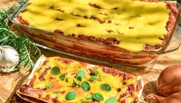 Zwei Lasagneschalen auf Tisch mit Kräutern