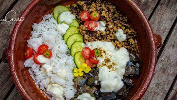 Reis, Hack und Auberginen in einer braunen Schüssel mit Reis