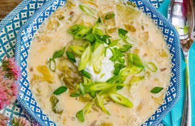 Salatsuppe in weiß-blauem Teller mit türkisfarbener Serviette