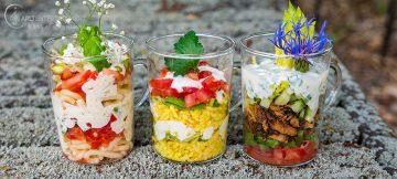 Schichtsalat in kleinen durchsichtigen Teegläschen