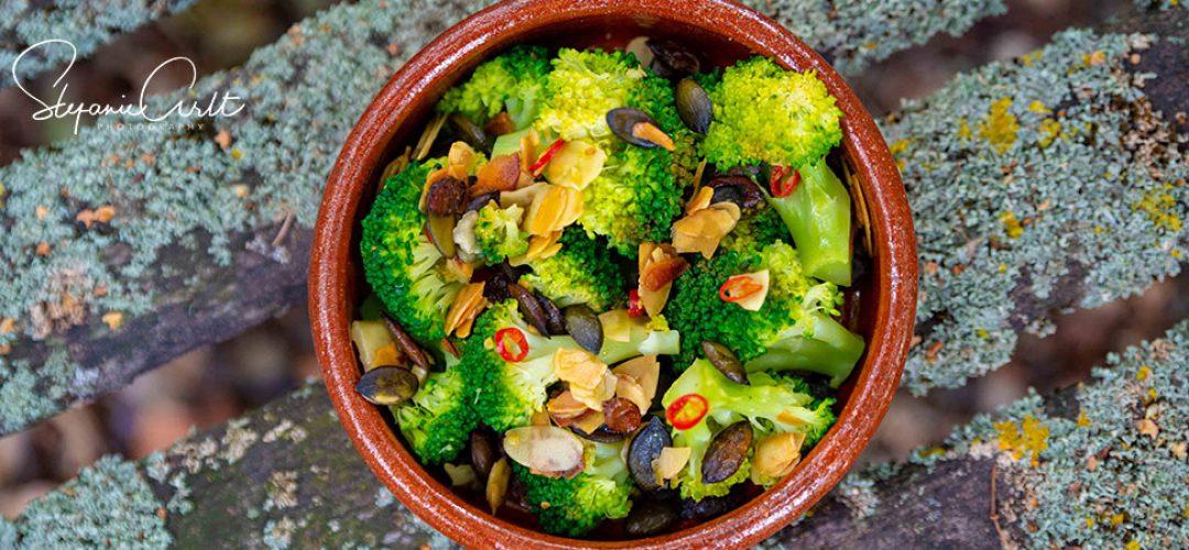 Brokkoli mit Mandeln und Kürbiskernen