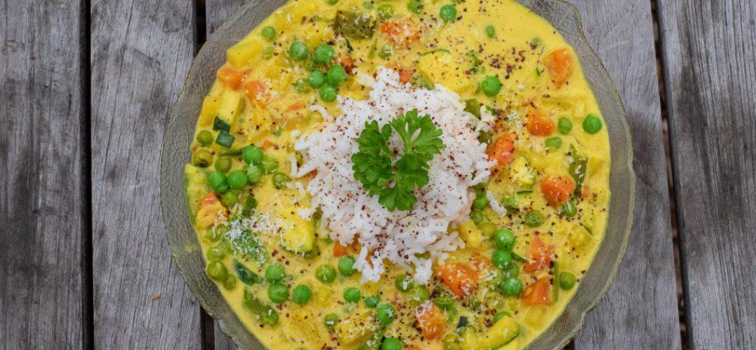 Reis mit Erbsen in einer Kokosnusssauce